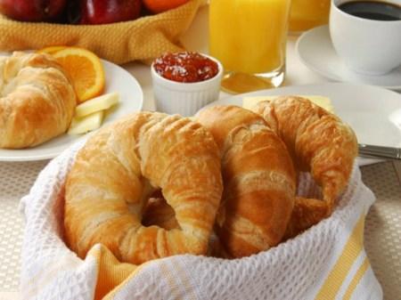 Các nhà khoa học khuyến cáo nên ăn sáng bằng bánh mì, sữa và rau quả
