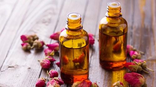 Dầu hoa hồng giúp cung cấp nước cho da